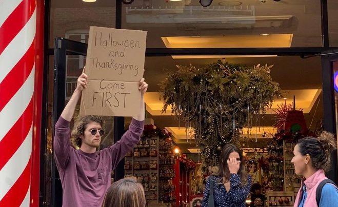Чувак с табличкой и его одиночные протесты против всего на свете на улицах Нью-Йорка