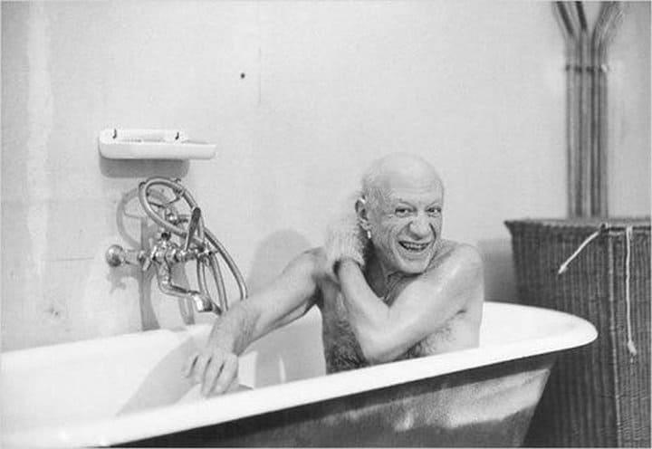 Пабло Пикассо в ванной и еще 19 фотографий знаменитостей, какими вы их еще не видели
