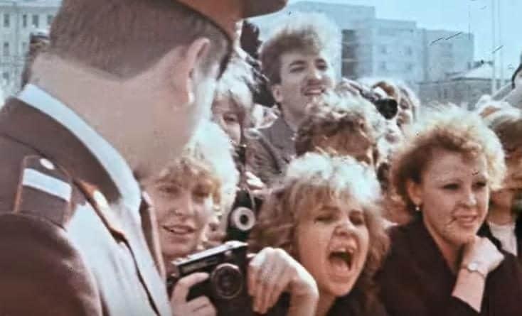 Безжалостные фанатки Пугачевой и еще 20 завораживающих исторических фотографий