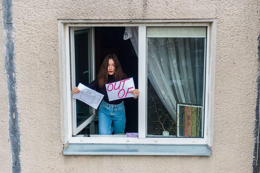 Карантин, подснятый дроном: фотограф показал жизнь простых людей, заглядывая в окна