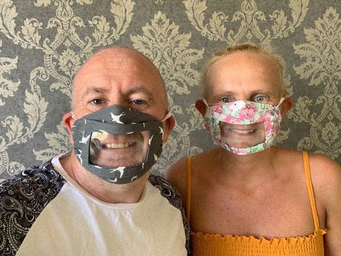 Женщина, страдающая глухотой, создает маски, позволяющие читать по губам.  И люди оценили ее креатив!