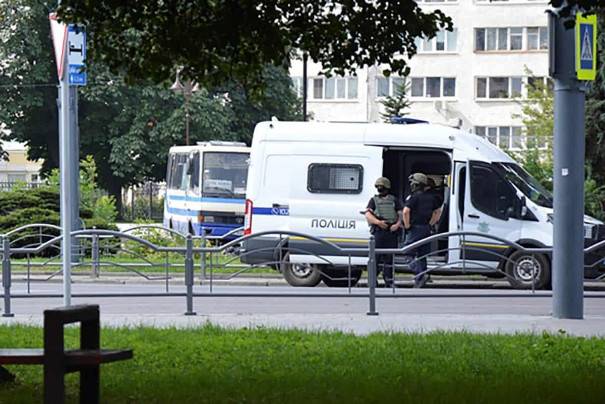 На западе Украины мужчина взял в заложники 20 пассажиров автобуса ...