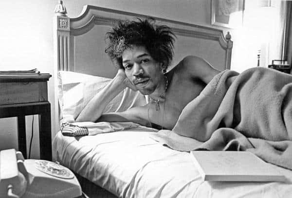 Джимми Хендрикс в постели, Мадонна в свадебном платье и другие редкие черно-белые фото знаменитостей