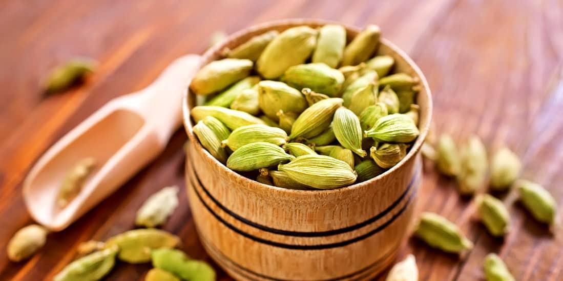 Устраняет запах изо рта и лечит насморк: 9 удивительных полезных свойств кардамона, о которых вы не знали!