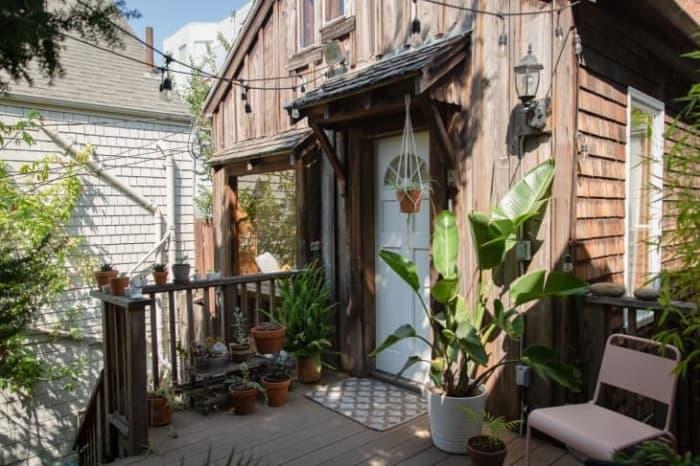 Внешне хлипкая лачуга за скромной дверью скрывает особенный интерьер (10 фото)