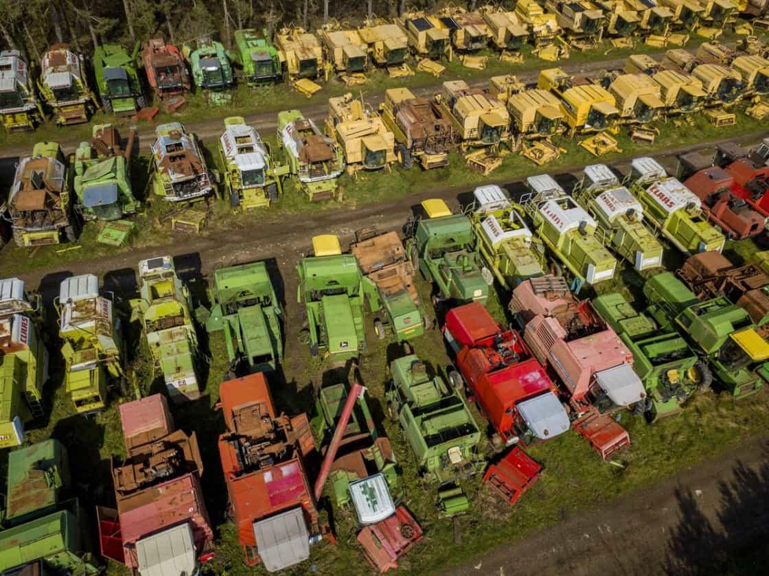Британское «кладбище», где ржавеют 350 зерноуборочных комбайнов (17 фото)