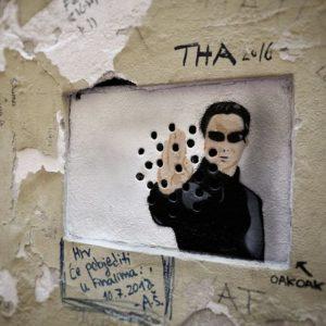 Достаточно небольшого отверстия: работы французского уличного художника, которые творит шедевры из ничего