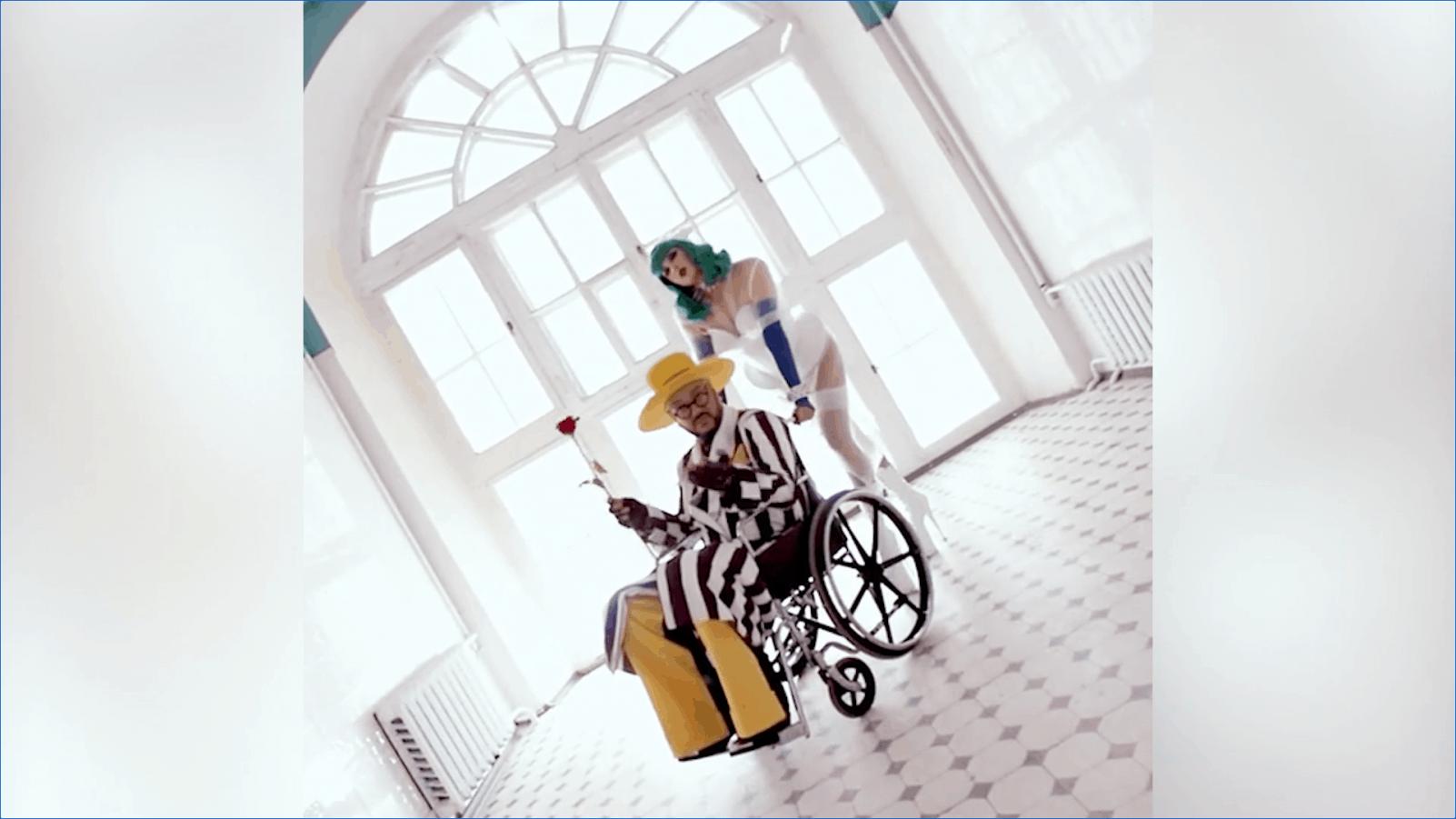 53- летний Филипп Киркоров был замечен в инвалидной коляске