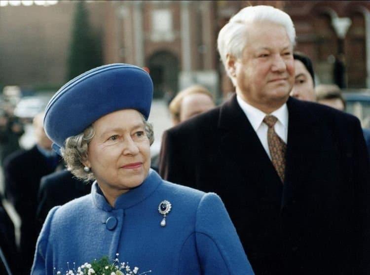 Ельцин с Елизаветой и ещё 19 исторических фото, на которых запечатлена неповторимая атмосфера прошлых лет