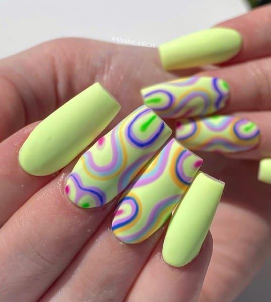 Для тех, кто готов превратить ногти в модный аксессуар: стильный неоновый маникюр на лето 2021