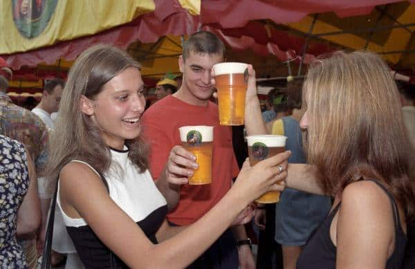 Красотки с фестиваля пива в Москве, молоденькая Шэрон стоун и другие уникальные исторические фотографии