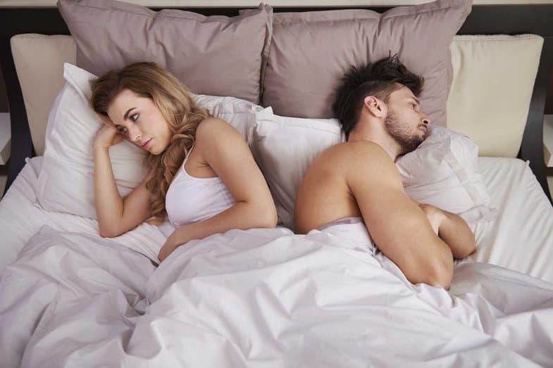 6 сигналов в постели, которые говорят о том, что с вашим партнером что-то не так...