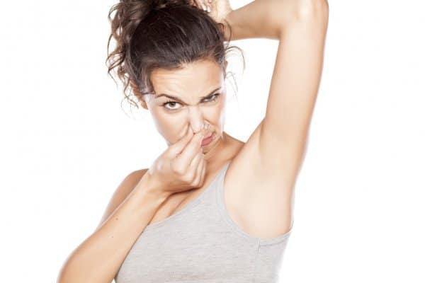 Специалисты назвали продукты, усиливающие неприятный запах пота