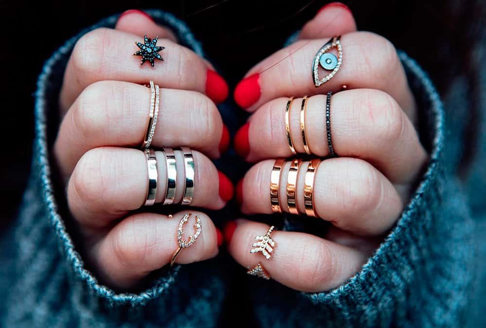 Чокер, свисающие серьги и часы: какие модные украшения подходят девушкам по их знаку Зодиака