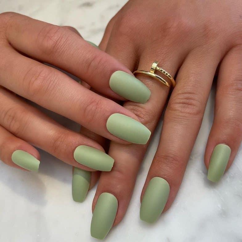 От Ким до Хейли — знаменитости выбирают этот цвет года для своих ногтей! Вы тоже его полюбите!!