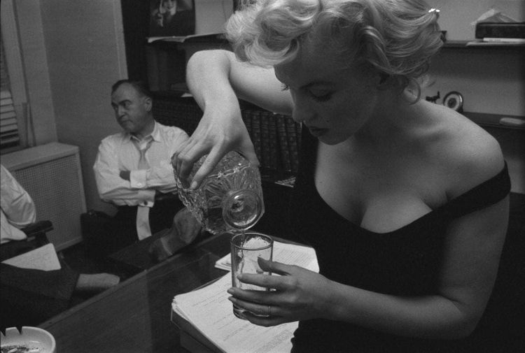 """""""Первая леди КГБ-1990"""", стильные парижанки 30-х годов и Киану Ривз с зонтиком в выпуске уникальных исторических фотографий"""