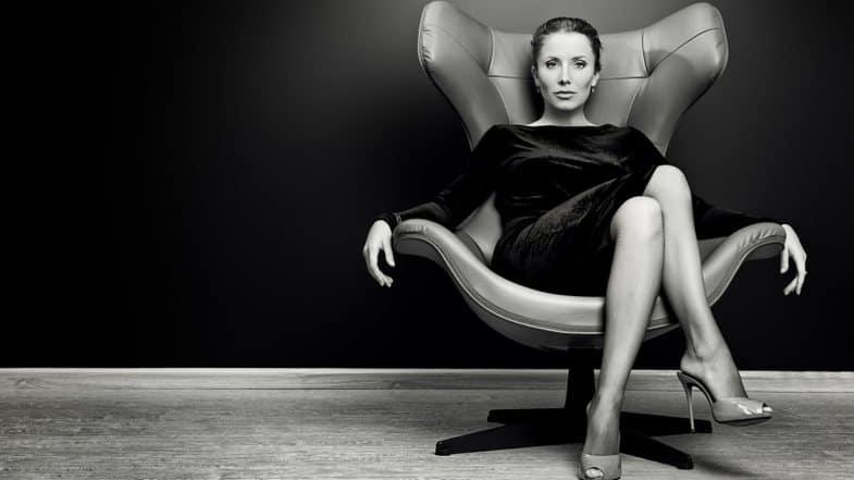 Как вы должны сидеть, чтобы выглядеть уверенно