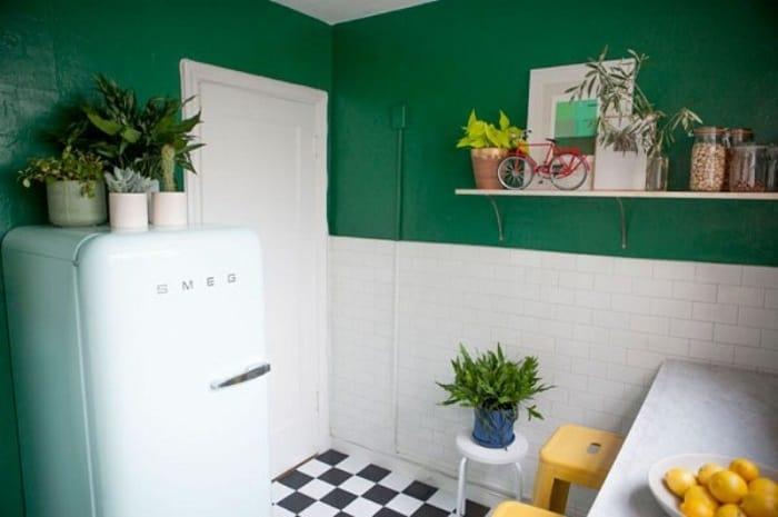7 советов, как использовать место над холодильником, чтобы не терять ни сантиметра полезной площади