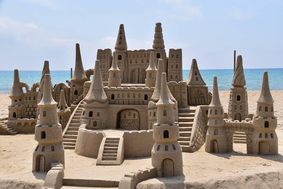 Короли песчаных замков: 5 знаков зодиака, которые живут в грезах
